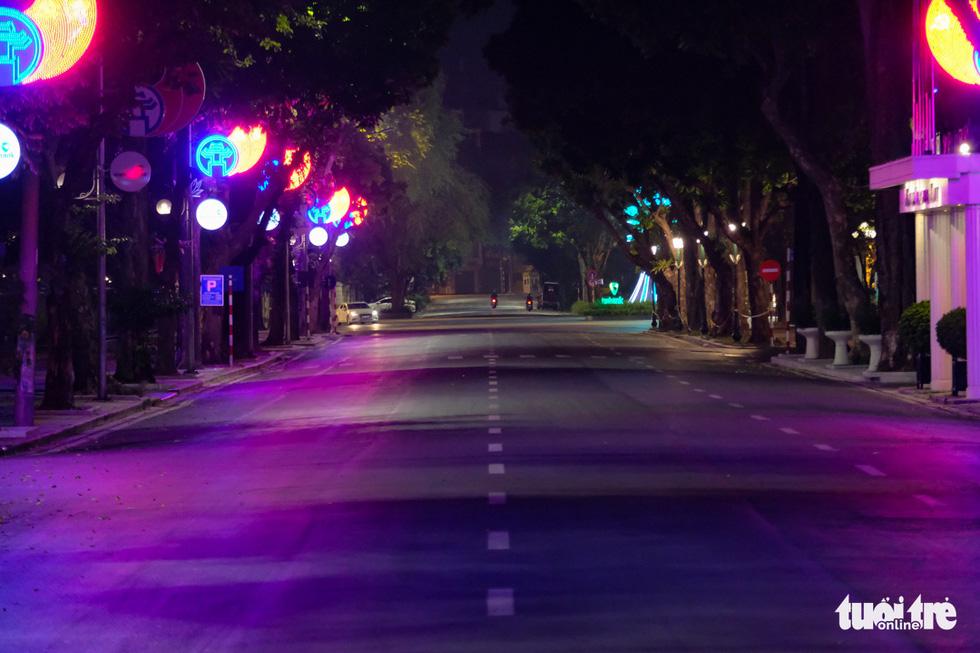 Hình ảnh Hà Nội im vắng trong những đêm giãn cách - Ảnh 3.