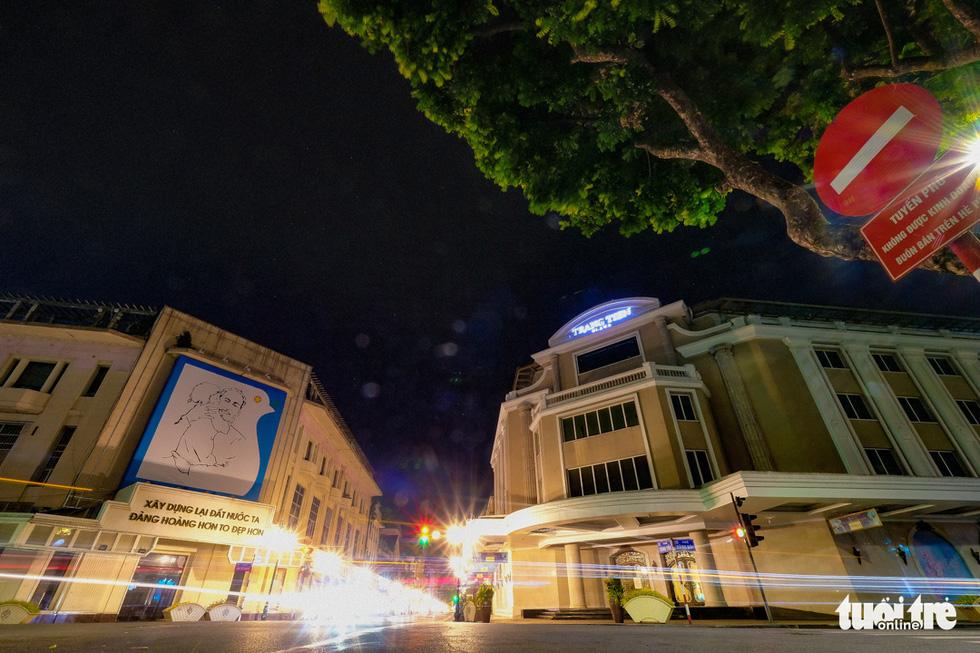 Hình ảnh Hà Nội im vắng trong những đêm giãn cách - Ảnh 2.