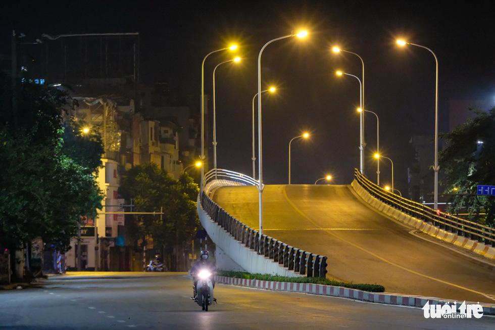Hình ảnh Hà Nội im vắng trong những đêm giãn cách - Ảnh 11.