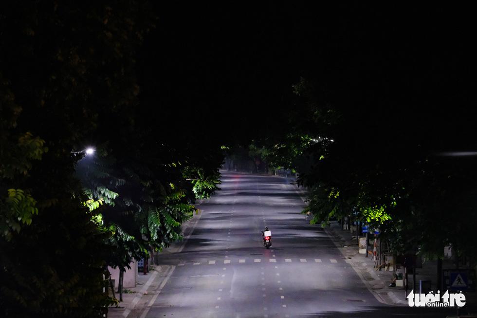 Hình ảnh Hà Nội im vắng trong những đêm giãn cách - Ảnh 5.