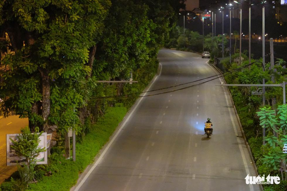 Hình ảnh Hà Nội im vắng trong những đêm giãn cách - Ảnh 13.