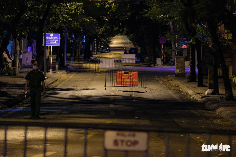 Hình ảnh Hà Nội im vắng trong những đêm giãn cách - Ảnh 1.