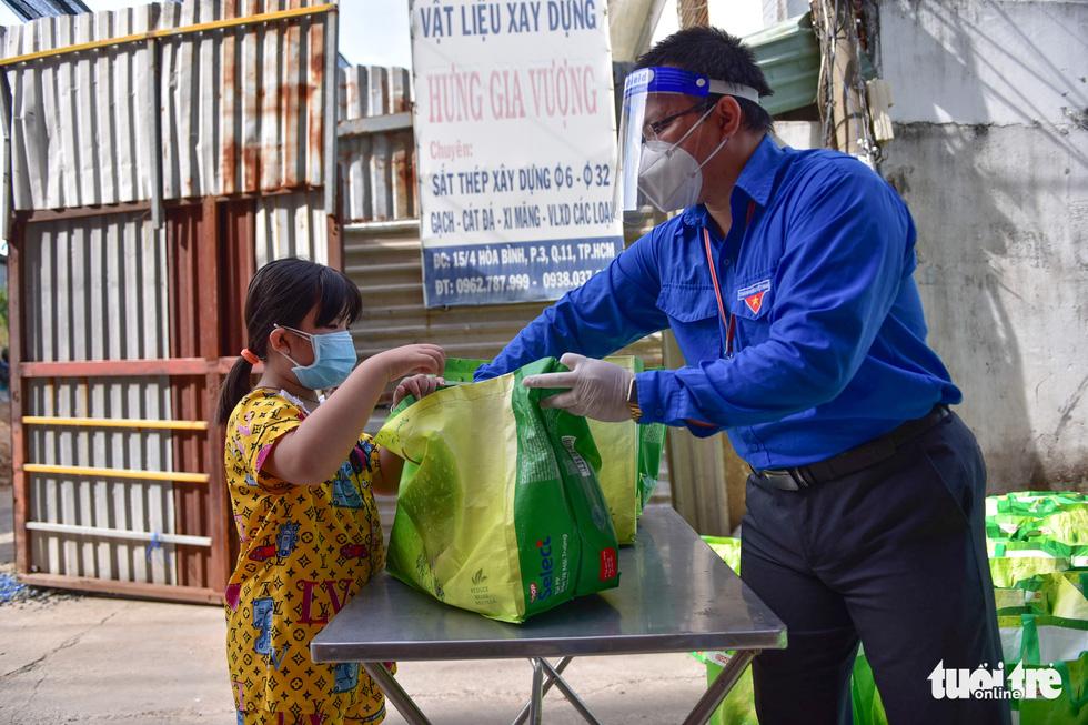 1.000 giỏ quà nghĩa tình đến với bà con bán hàng rong, phụ hồ trong khu phong tỏa - Ảnh 2.