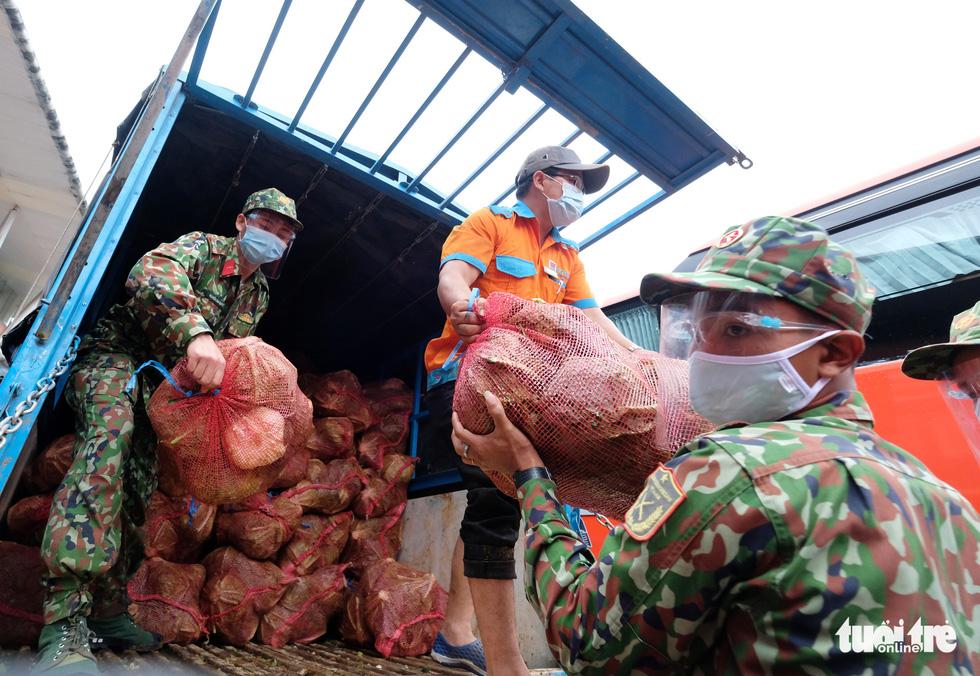Lâm Đồng hào phóng, tặng rau nguyên vườn, chở rau bằng xe giường nằm máy lạnh đến TP.HCM - Ảnh 7.