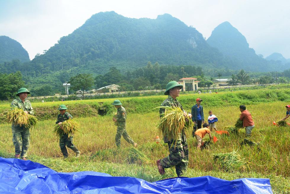 Chống bão số 5: Huế hạn chế dân ra đường, Nghệ An sơ tán dân đến nơi an toàn - Ảnh 4.
