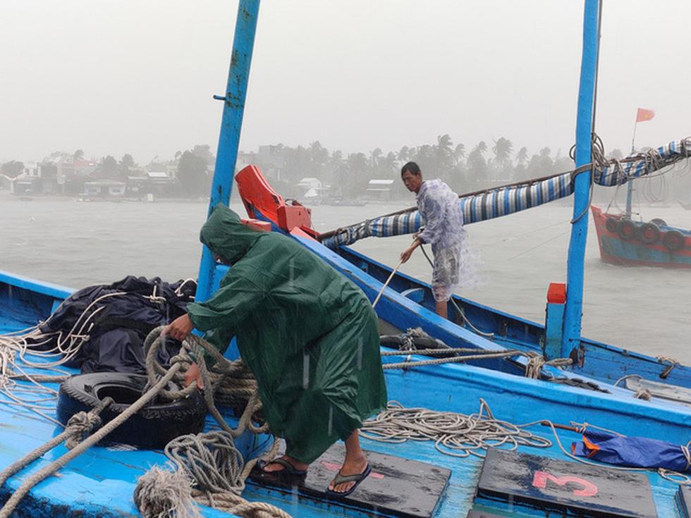 Chống bão số 5: Huế hạn chế dân ra đường, Nghệ An sơ tán dân đến nơi an toàn - Ảnh 5.