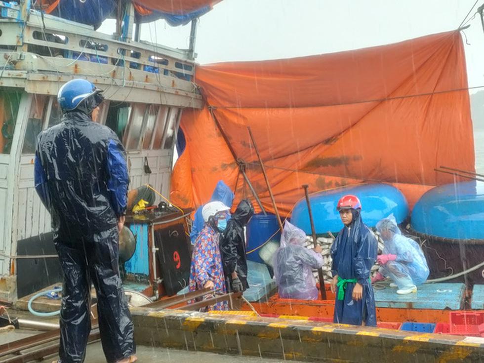 Chống bão số 5: Huế hạn chế dân ra đường, Nghệ An sơ tán dân đến nơi an toàn - Ảnh 6.
