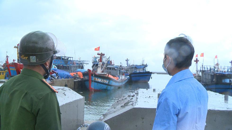 Chống bão số 5: Huế hạn chế dân ra đường, Nghệ An sơ tán dân đến nơi an toàn - Ảnh 3.