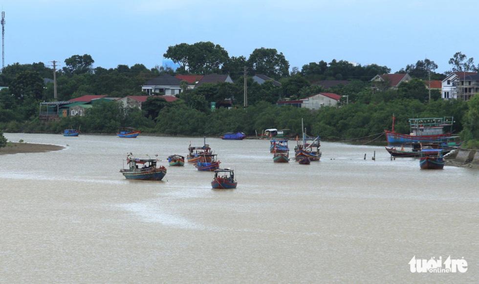 Chống bão số 5: Huế hạn chế dân ra đường, Nghệ An sơ tán dân đến nơi an toàn - Ảnh 10.