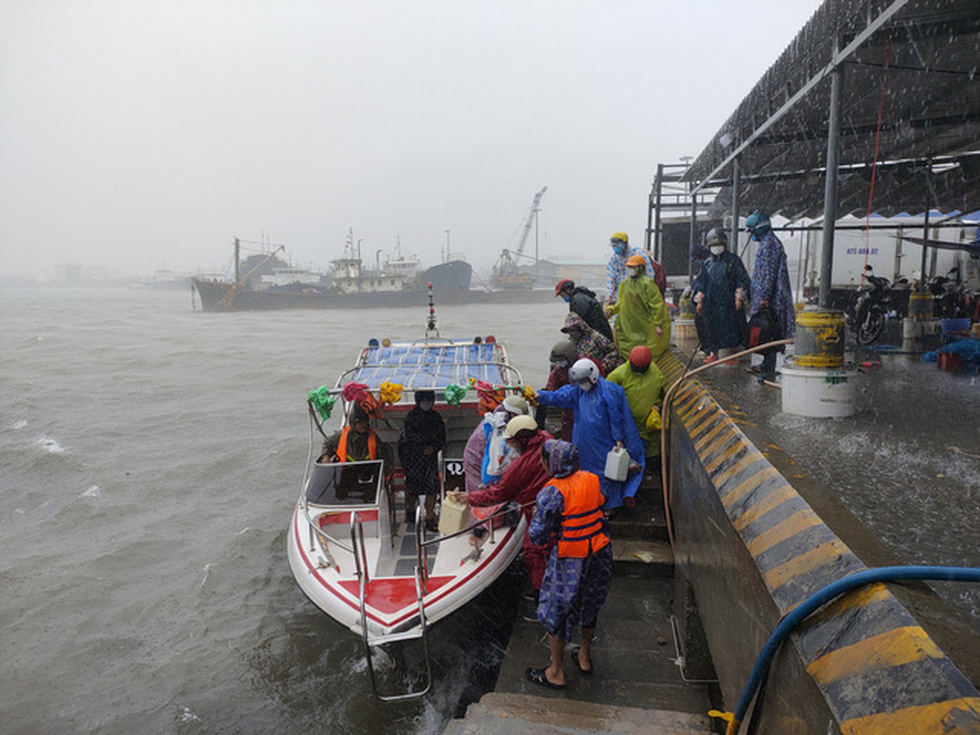 Chống bão số 5: Huế hạn chế dân ra đường, Nghệ An sơ tán dân đến nơi an toàn - Ảnh 8.