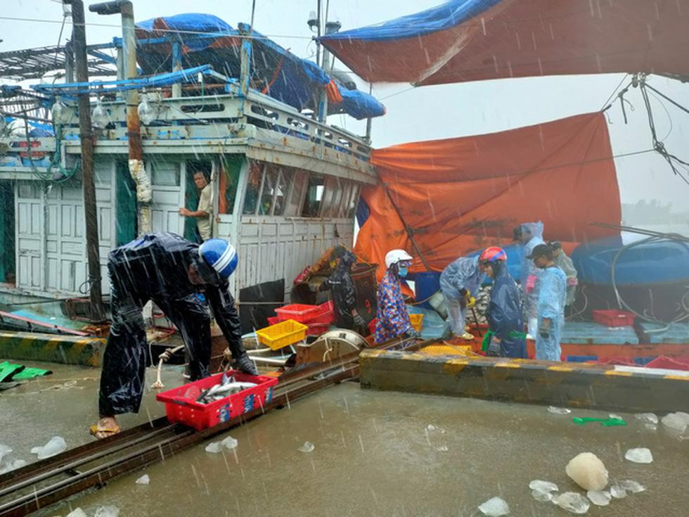 Chống bão số 5: Huế hạn chế dân ra đường, Nghệ An sơ tán dân đến nơi an toàn - Ảnh 9.