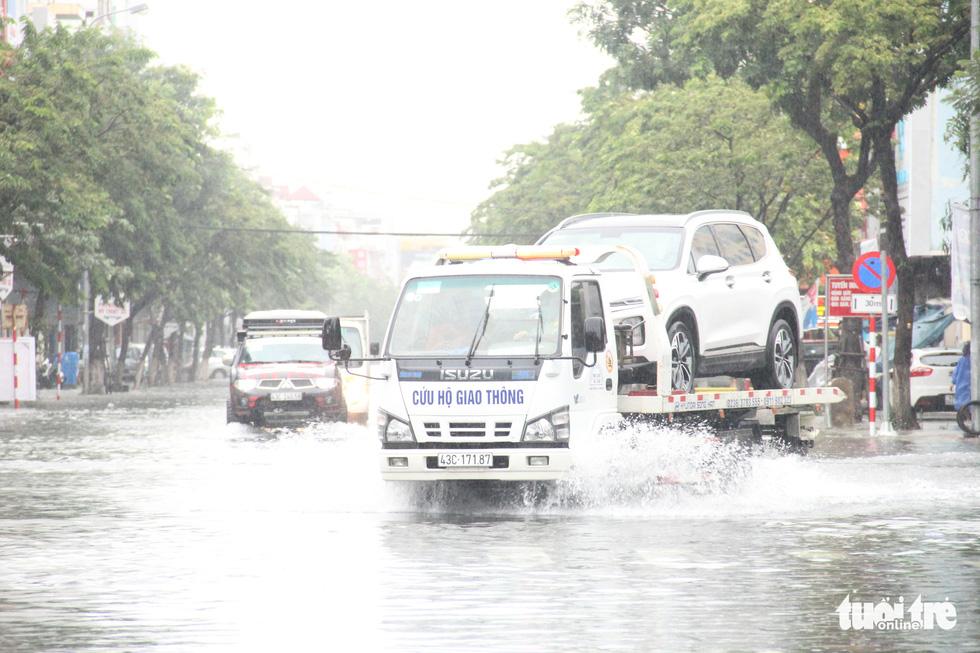 Mưa ngập nội thành, người dân Đà Nẵng ra đường bắt cá  - Ảnh 10.