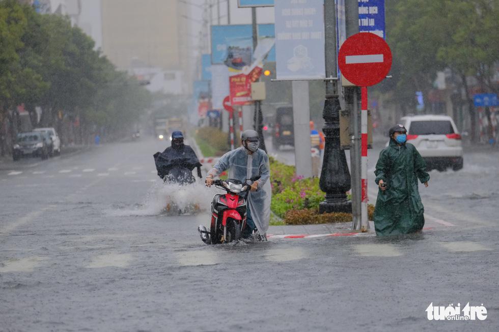Mưa ngập nội thành, người dân Đà Nẵng ra đường bắt cá  - Ảnh 3.