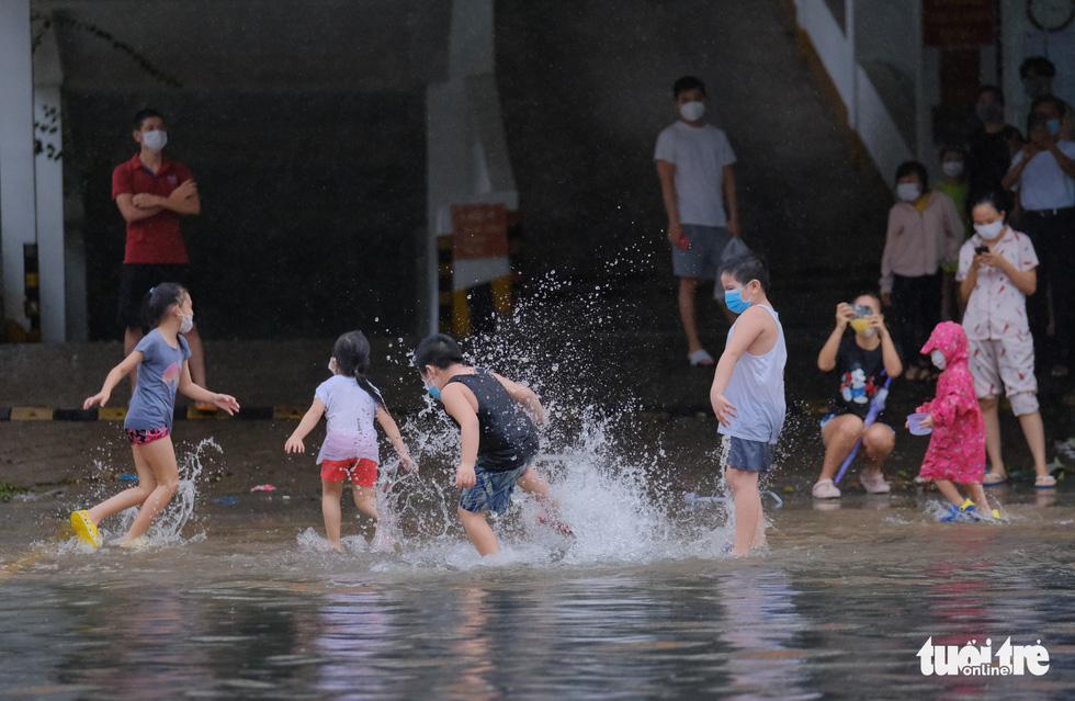 Mưa ngập nội thành, người dân Đà Nẵng ra đường bắt cá  - Ảnh 4.