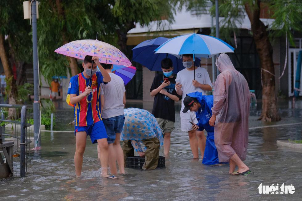 Mưa ngập nội thành, người dân Đà Nẵng ra đường bắt cá  - Ảnh 5.