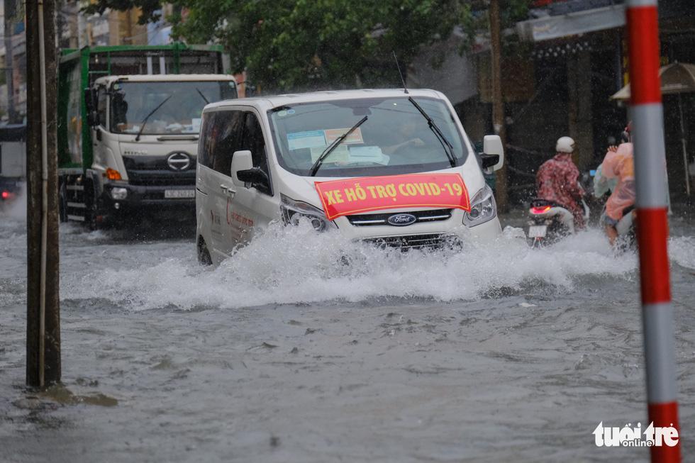 Mưa ngập nội thành, người dân Đà Nẵng ra đường bắt cá  - Ảnh 7.