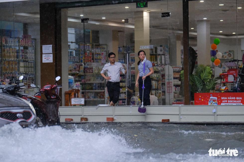 Mưa ngập nội thành, người dân Đà Nẵng ra đường bắt cá  - Ảnh 2.