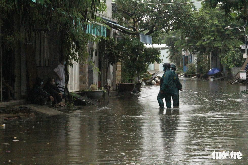 Mưa ngập nội thành, người dân Đà Nẵng ra đường bắt cá  - Ảnh 11.