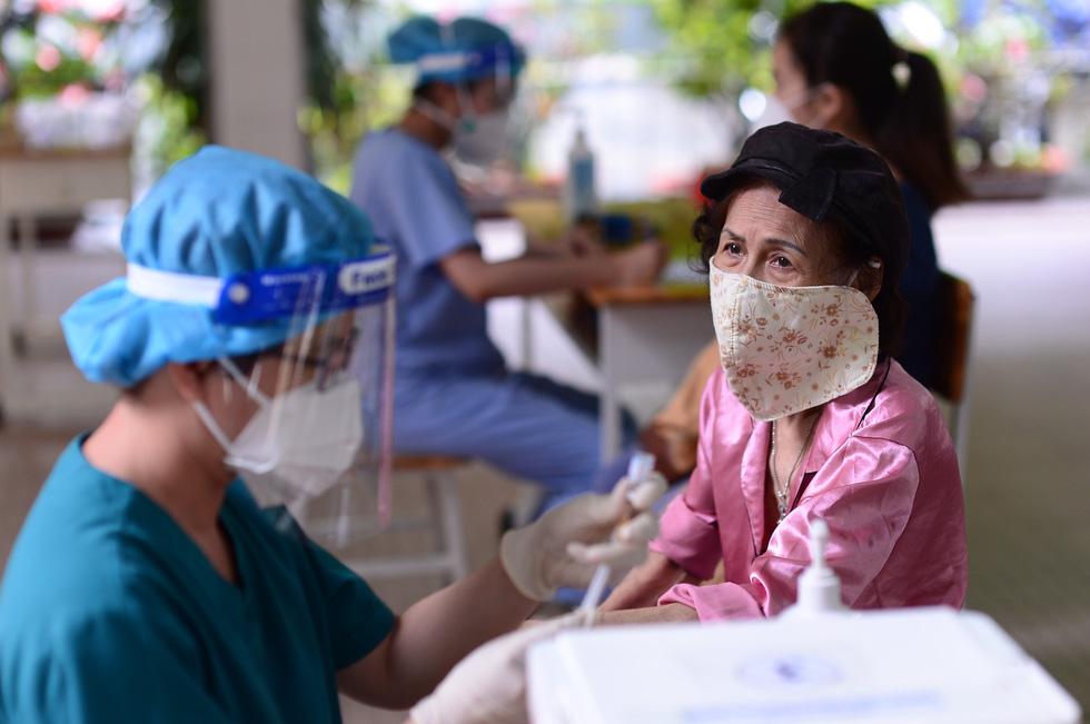 Người dân TP.HCM đi tiêm vắc xin mũi 1 tự do - Ảnh 1.