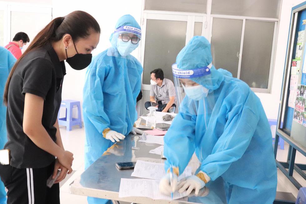 Người dân TP.HCM đi tiêm vắc xin mũi 1 tự do - Ảnh 2.
