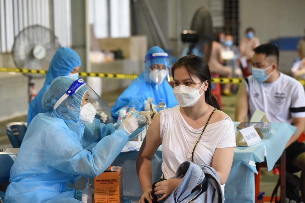 Người dân TP.HCM đi tiêm vắc xin mũi 1 tự do - Ảnh 4.
