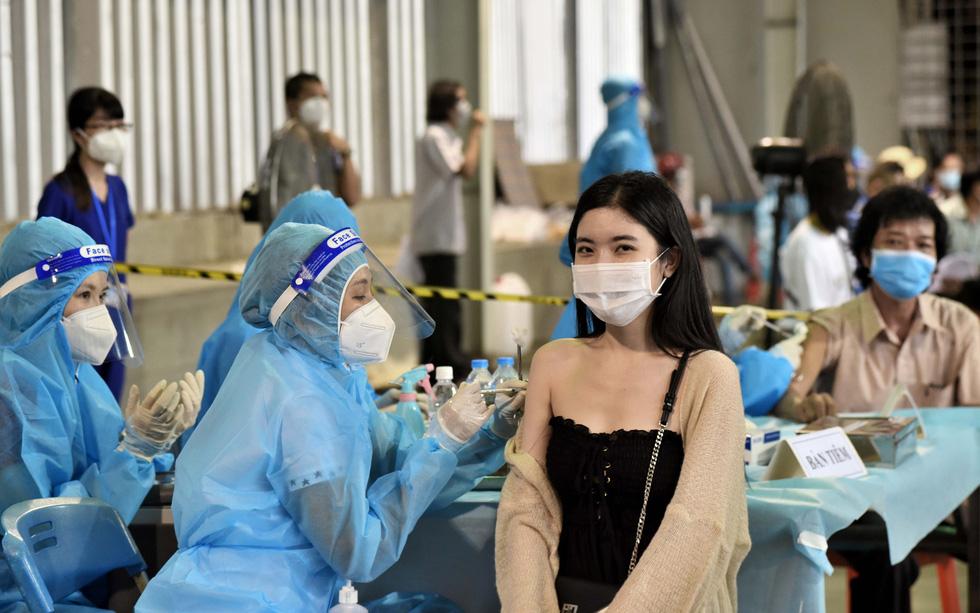 TP.HCM chạy nước rút tiêm mũi 1 vắc xin - Ảnh 1.
