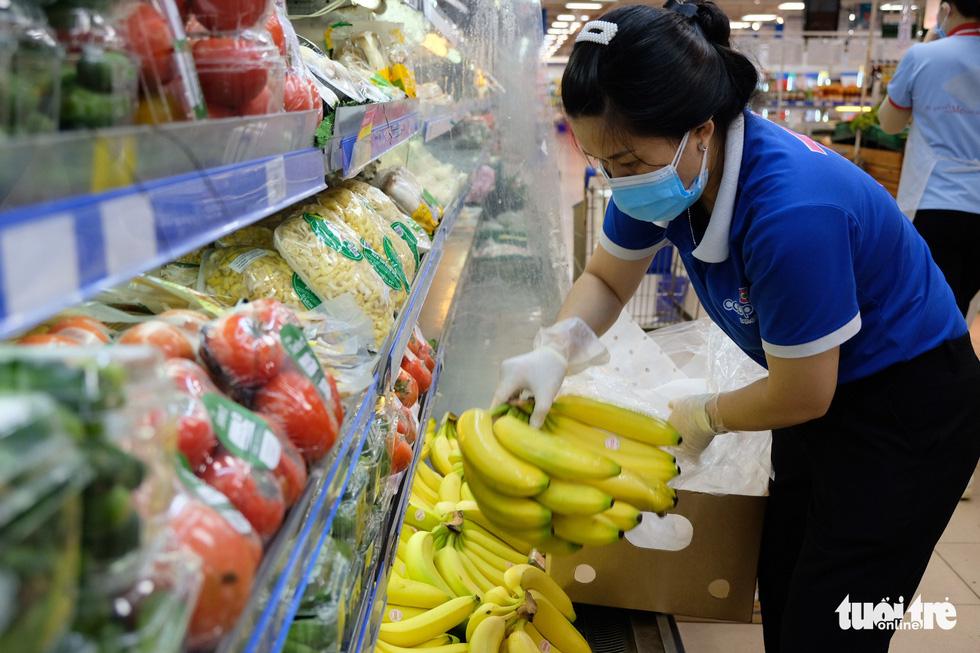 Hậu trường siêu thị ở TP.HCM từ 4h sáng - Ảnh 10.