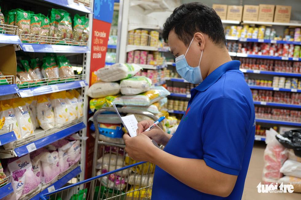 Hậu trường siêu thị ở TP.HCM từ 4h sáng - Ảnh 5.