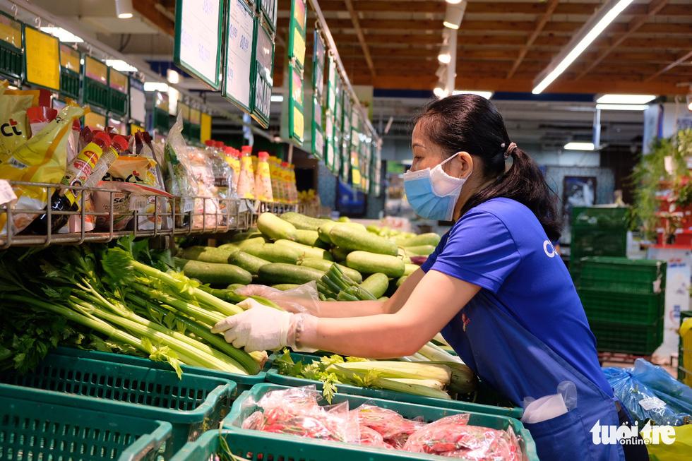 Hậu trường siêu thị ở TP.HCM từ 4h sáng - Ảnh 4.
