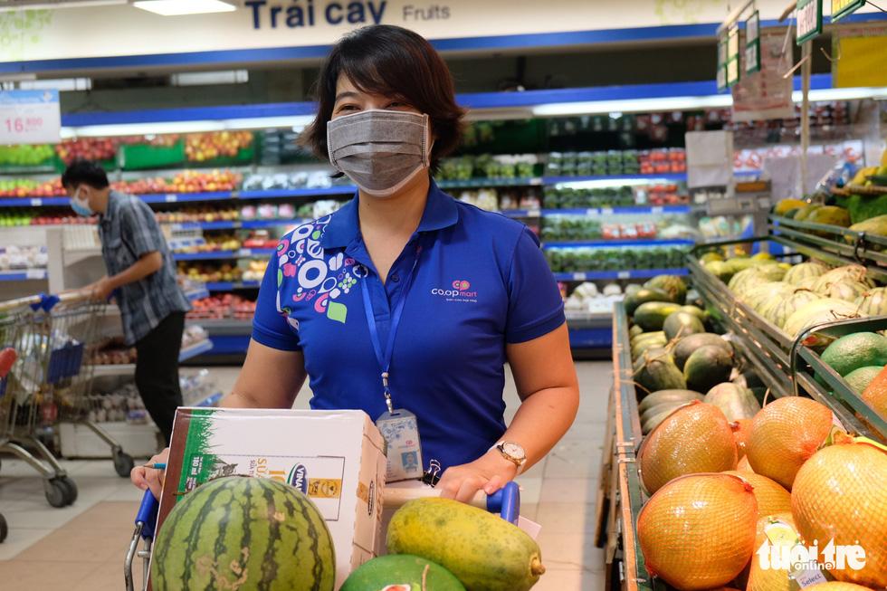 Hậu trường siêu thị ở TP.HCM từ 4h sáng - Ảnh 8.
