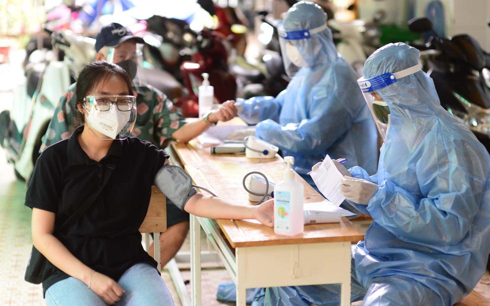 TP.HCM chạy nước rút tiêm mũi 1 vắc xin - Ảnh 2.