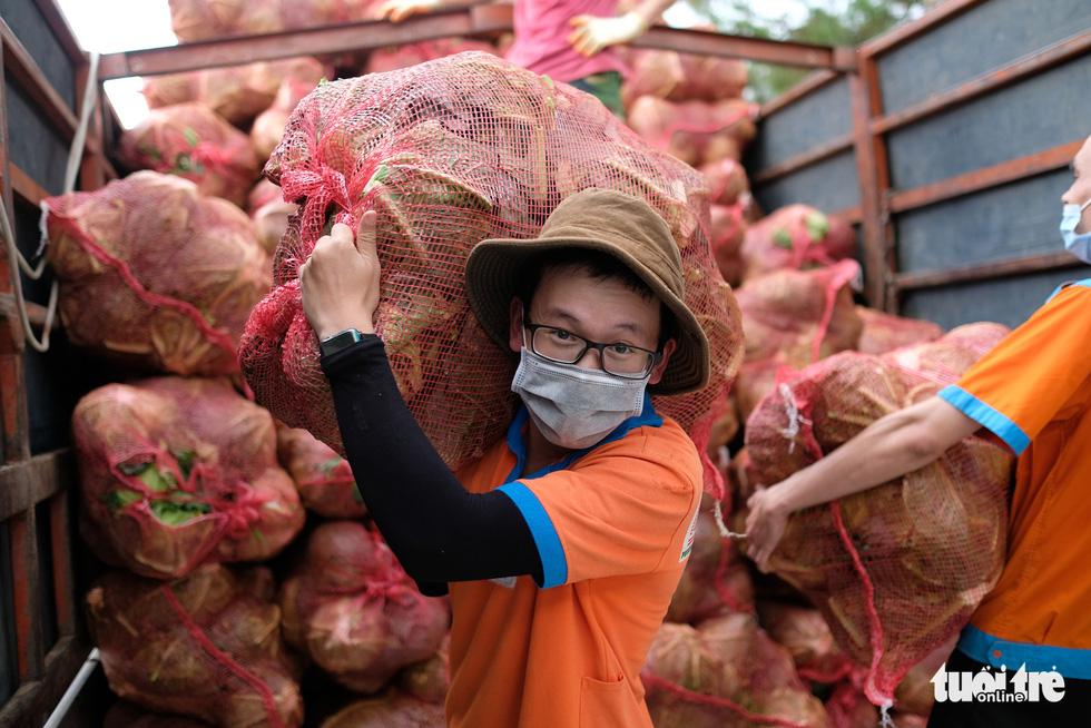 TP.HCM đã đón nhận hơn 5.500 tấn nông sản sạch Lâm Đồng gửi tặng - Ảnh 1.
