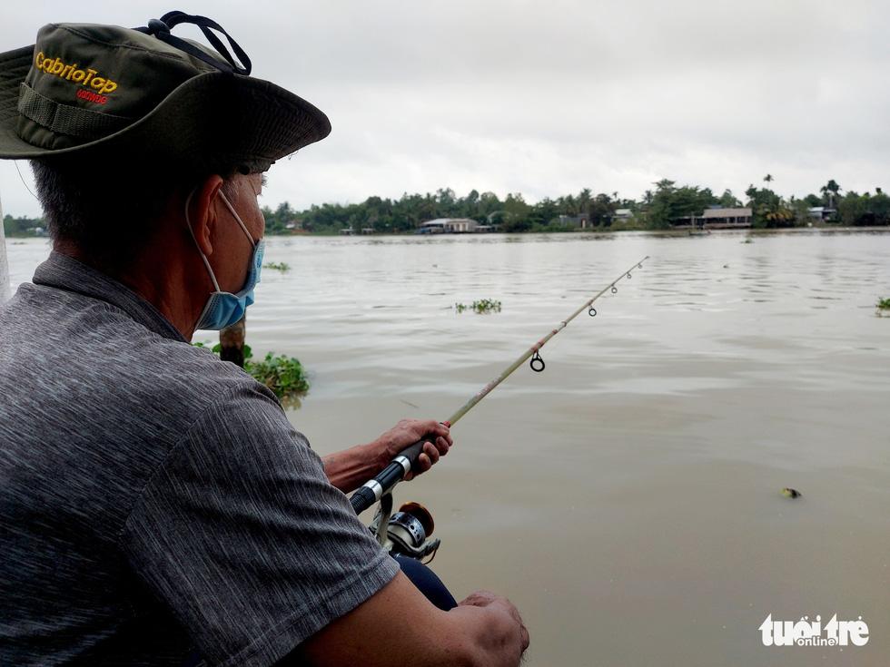 Dân vùng ven Cần Thơ vui mừng thả lưới, câu cá sau 2 tháng ở nhà - Ảnh 3.