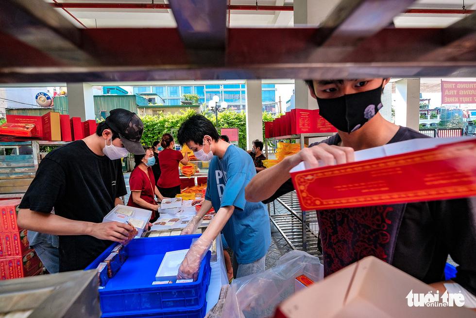 Người dân Hà Nội xếp hàng từ 4h sáng mua bánh trung thu - Ảnh 9.