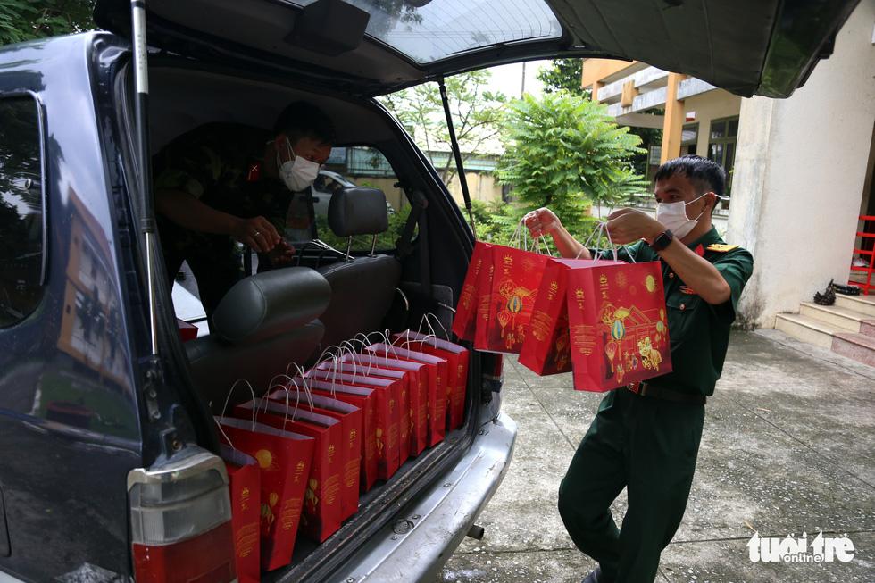 Bộ đội chẻ tre làm lồng đèn tặng trẻ em khó khăn, mồ côi vui Trung thu - Ảnh 3.