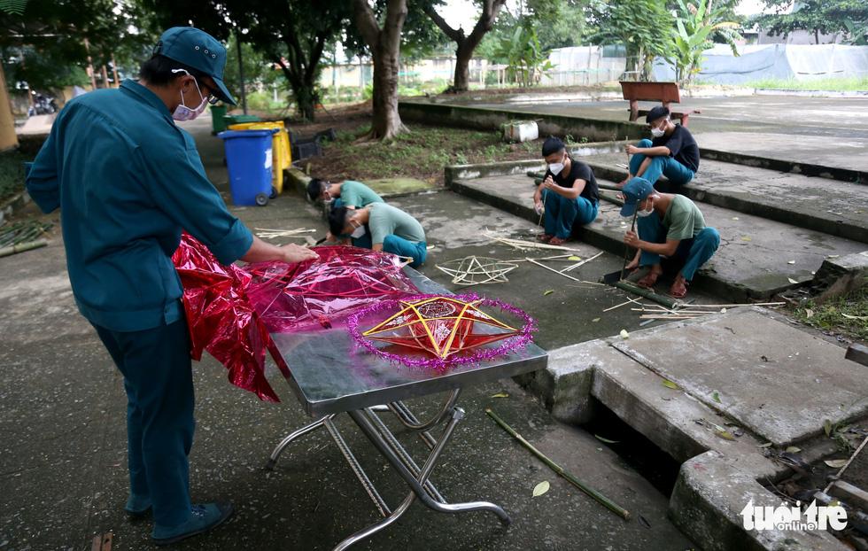 Bộ đội chẻ tre làm lồng đèn tặng trẻ em khó khăn, mồ côi vui Trung thu - Ảnh 7.