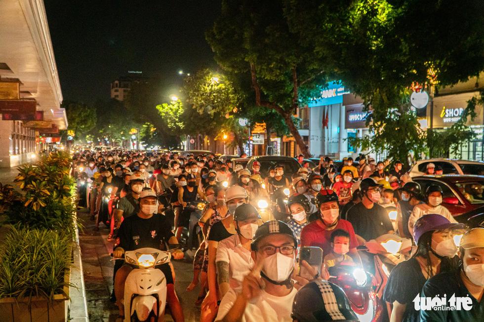 Biển người đổ ra đường trong đêm Trung thu, các tuyến phố trung tâm Hà Nội đông nghẹt - Ảnh 6.