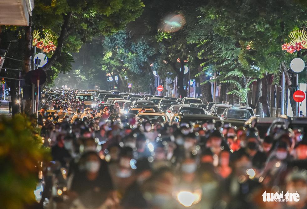Biển người đổ ra đường trong đêm Trung thu, các tuyến phố trung tâm Hà Nội đông nghẹt - Ảnh 1.