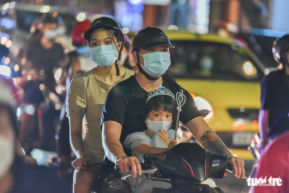 Biển người đổ ra đường trong đêm Trung thu, các tuyến phố trung tâm Hà Nội đông nghẹt - Ảnh 5.