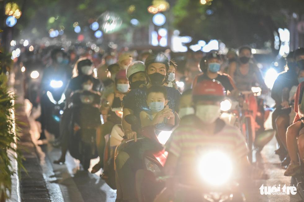 Biển người đổ ra đường trong đêm Trung thu, các tuyến phố trung tâm Hà Nội đông nghẹt - Ảnh 2.