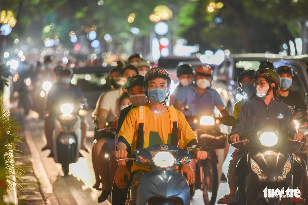 Biển người đổ ra đường trong đêm Trung thu, các tuyến phố trung tâm Hà Nội đông nghẹt - Ảnh 7.