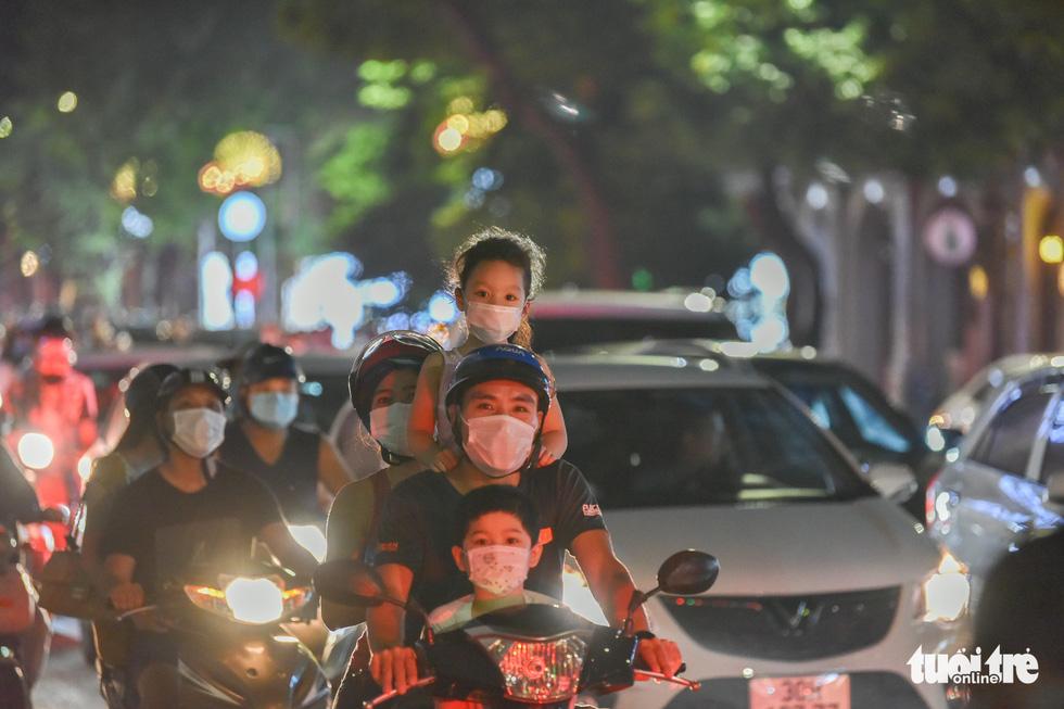 Biển người đổ ra đường trong đêm Trung thu, các tuyến phố trung tâm Hà Nội đông nghẹt - Ảnh 4.