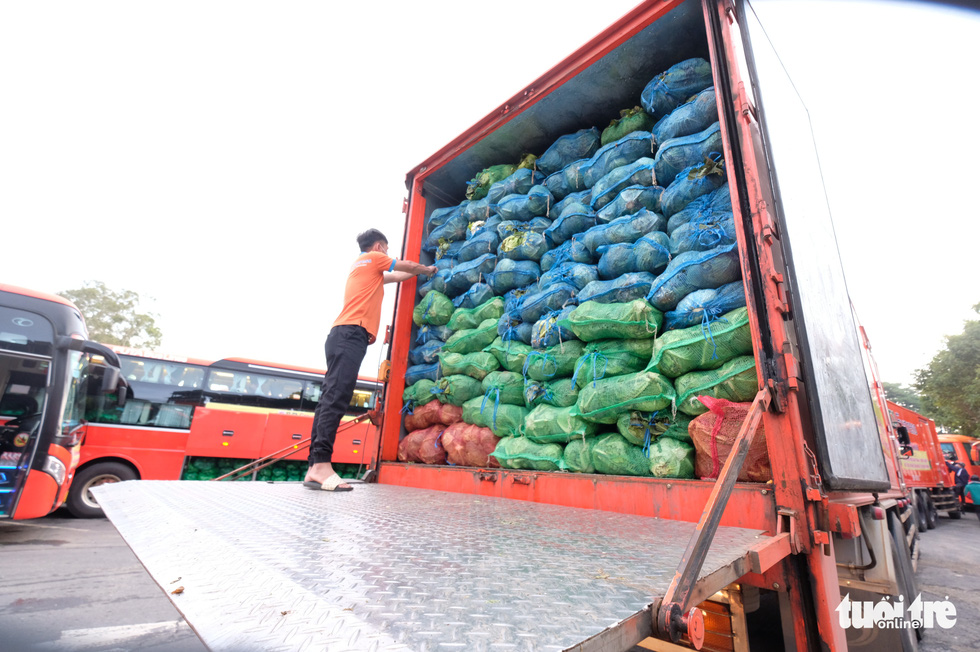 Hình ảnh đoàn xe VIP của Lâm Đồng hoàn thành chở 6.000 tấn nông sản tặng miền Nam - Ảnh 8.