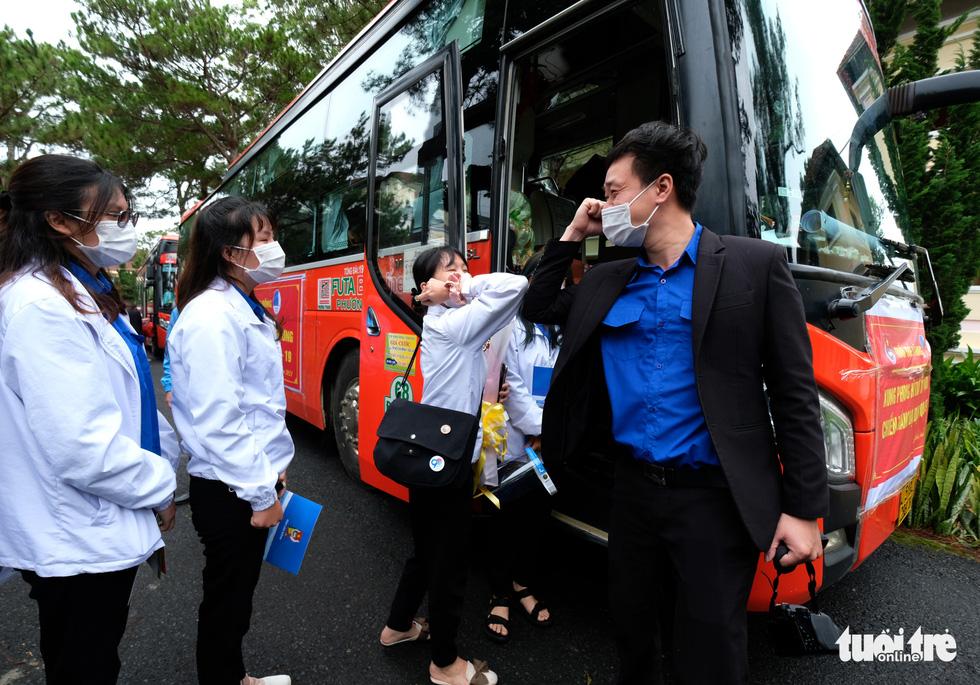 Sau gần 27.000 lượt vận chuyển miễn phí, Phương Trang tiếp tục đưa đón y bác sĩ làm nhiệm vụ - Ảnh 4.
