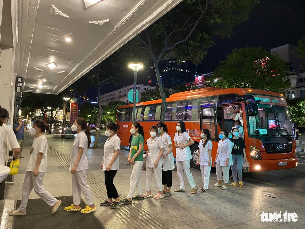 Sau gần 27.000 lượt vận chuyển miễn phí, Phương Trang tiếp tục đưa đón y bác sĩ làm nhiệm vụ - Ảnh 2.