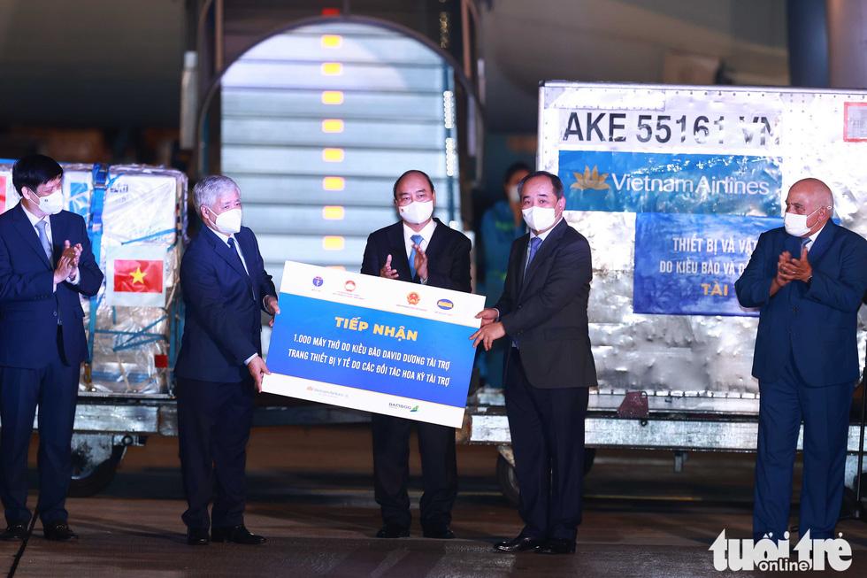 Chuyên cơ Chủ tịch nước Nguyễn Xuân Phúc về đến Hà Nội cùng hơn một triệu liều vắc xin Abdala - Ảnh 4.