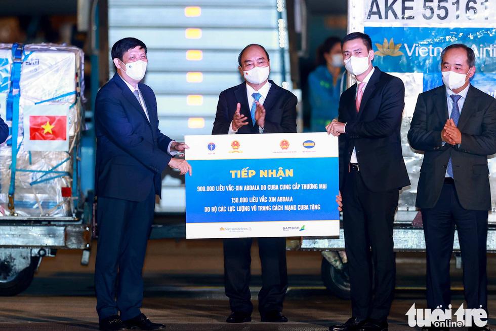 Chuyên cơ Chủ tịch nước Nguyễn Xuân Phúc về đến Hà Nội cùng hơn một triệu liều vắc xin Abdala - Ảnh 5.