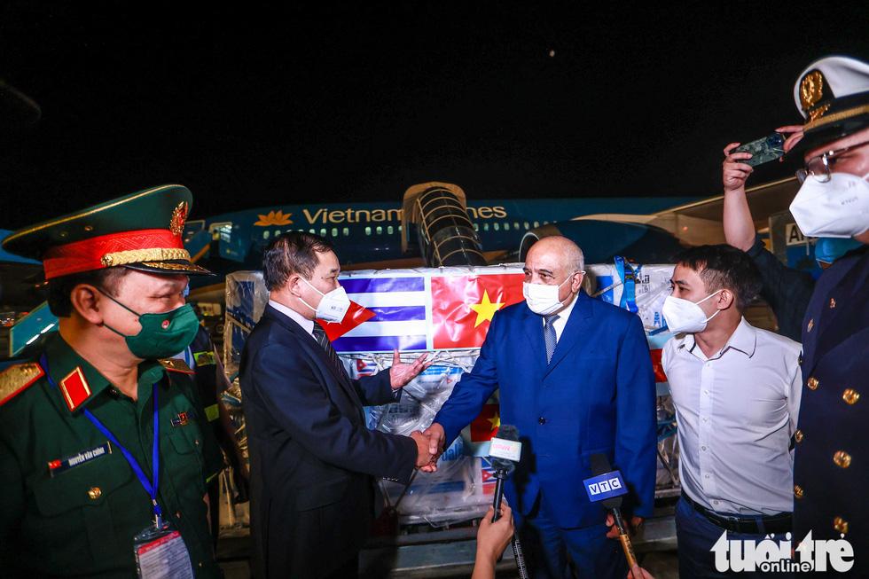 Chuyên cơ Chủ tịch nước Nguyễn Xuân Phúc về đến Hà Nội cùng hơn một triệu liều vắc xin Abdala - Ảnh 7.