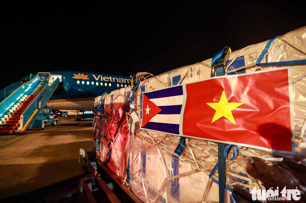 Chuyên cơ Chủ tịch nước Nguyễn Xuân Phúc về đến Hà Nội cùng hơn một triệu liều vắc xin Abdala - Ảnh 8.