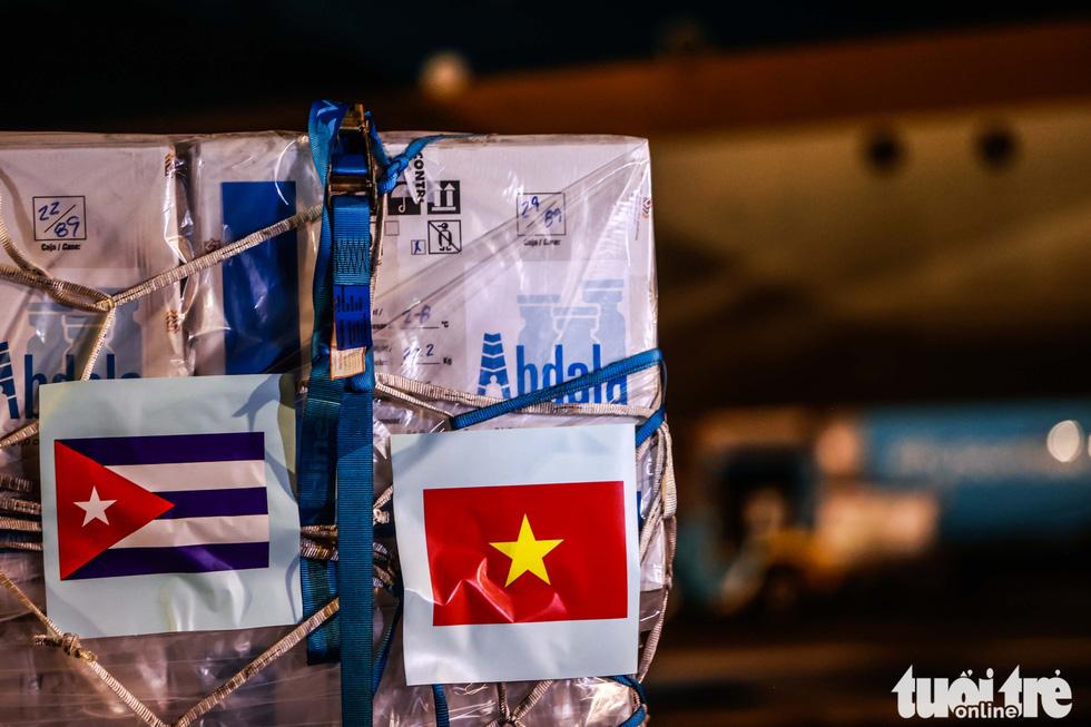 Chuyên cơ Chủ tịch nước Nguyễn Xuân Phúc về đến Hà Nội cùng hơn một triệu liều vắc xin Abdala - Ảnh 9.